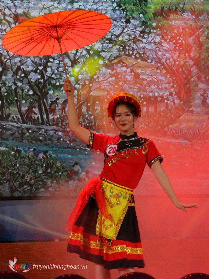 Thí sinh Dương Thị Ngọc Hằng, SBD 20, với tiết mục dự thi tài năng là Múa: Sáo Mèo