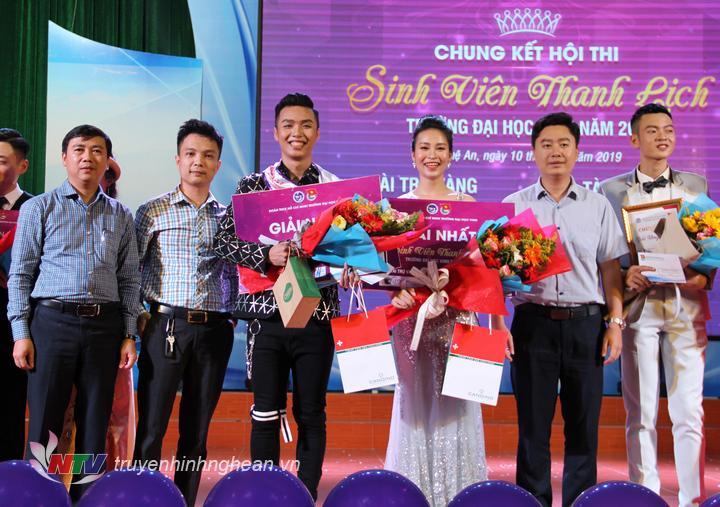 Trao giải Nhất cho cặp đôi: Trần Đắc Mạnh - Lương Thị Tú Uyên đến từ Khoa Luật, ĐH Vinh.