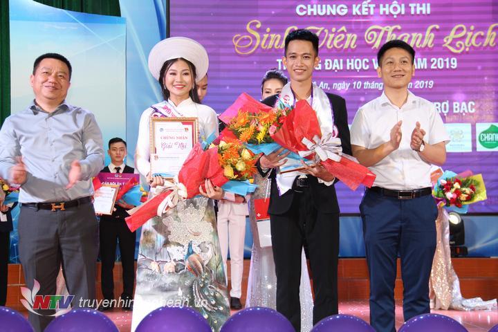 Trao giải Nhì cho cặp đôi: Trần Khánh Huyền – SBD 36 (Khoa Giáo dục) và Hồ Sỹ Đại – SBD 66 (Viện NN&TN