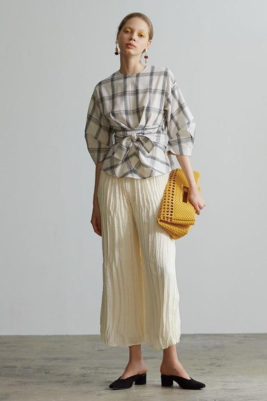 Áo thắt eo dễ đàng phối cùng chân váy midi, chân váy xòe, quần lửng, quần ống suông để tạo nét hiện đại cho phái đẹp.