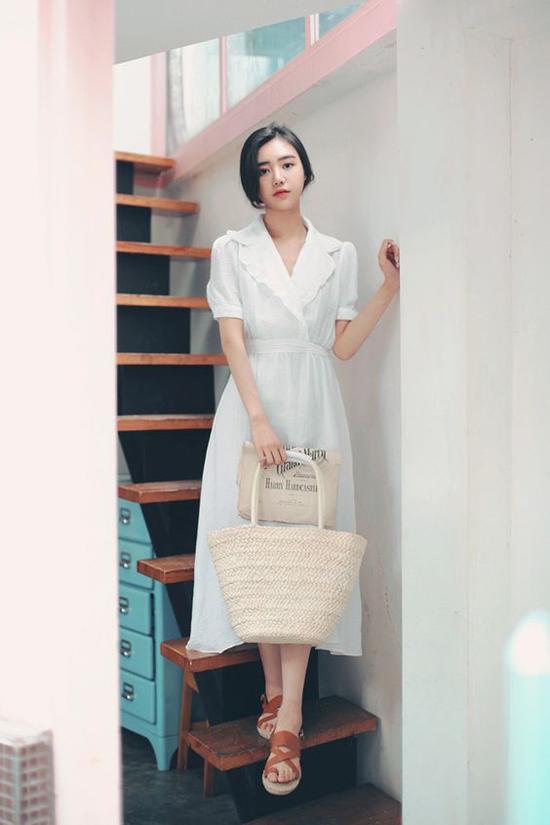 Lấy cảm hứng từ phong cách cổ điển, các nhà mốt đã mang tới mẫu váy thắt eo tiện dụng. Đây là trang phục được ưa chuộng từ mùa thu 2018 và vẫn tiếp tục lên ngôi ở hè 2019.