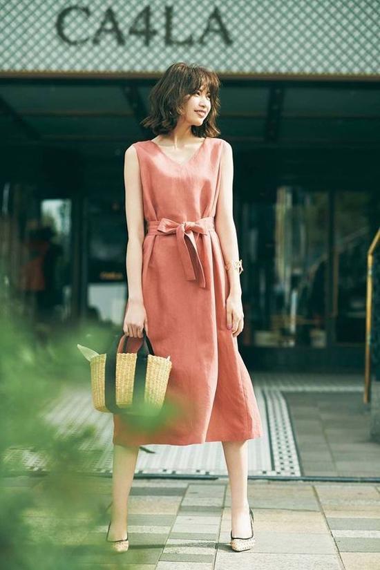 Váy thắt eo vải lụa thường được tô điểm bằng rất nhiều sắc màu và họa tiết nổi bật. Riêng dòng váy vải dệt tự nhiên như đũi, linen lại nghiêng về các tông màu trung tính.