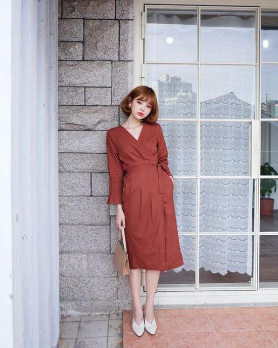 Đầm đơn sắc với những chi tiết hợp mùa như cổ V, đai lưng vải thắt eo sẽ khiến giới nữ công sở sành điệu hơn khi đi làm vào mùa hè 2019.