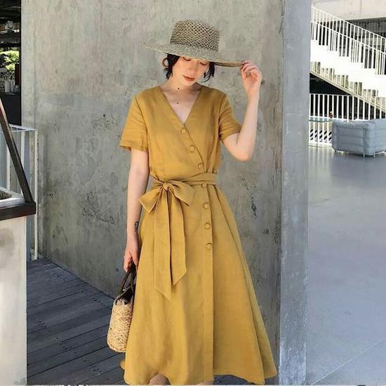 Trước không khí oi nồng của ngày hè, các thương hiệu đã nhanh chóng cho ra đời nhiều mẫu váy ứng dụng trên những chất liệu thoáng mát. Nổi bật trong xu hướng thịnh hành năm nay là vải linen.