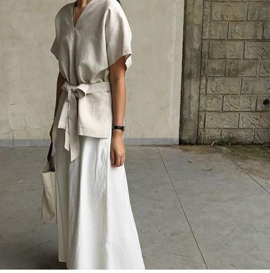 Váy thắt eo cắt may trên chất liệu thân thiện với môi trường. Đi cùng các mẫu áo phom dáng rộng, áo sệ vai là các kiểu chân váy midi phom basic.