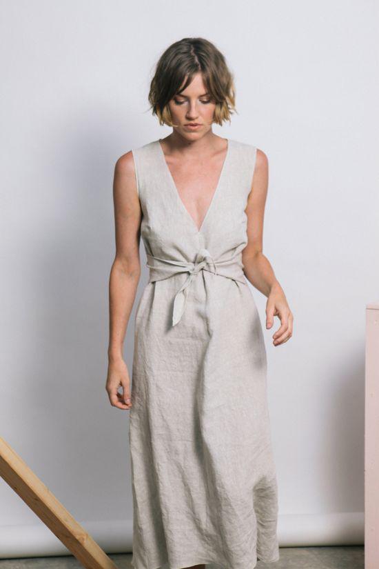 Các mẫu váy áo sát nách lại mang đến nét tự do, gợi cảm cho chị em công sở khi hẹn hò cà phê, đi mua sắm cùng bạn bè.