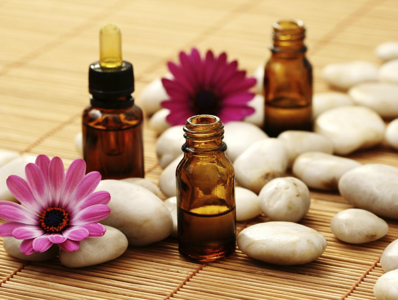 Ngửi tinh dầu để giảm đau đầu: Các loại tinh dầu có tác dụng làm dịu và giải tỏa căng thẳng, do đó chúng có hiệu quả trong việc điều trị các cơn đau đầu do căng thẳng và lo âu. Có nhiều loại tinh dầu mà bạn có thể sử dụng: oải hương, bạc hà, hương thảo, hoa cúc,...