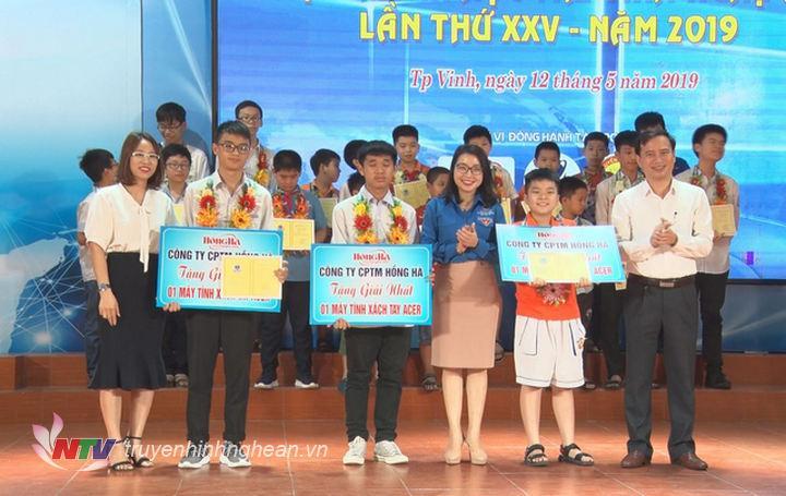 Ban Tổ chức trao giải cho học sinh đạt giải Nhất phần thi kỹ năng lập trình trên máy tính.