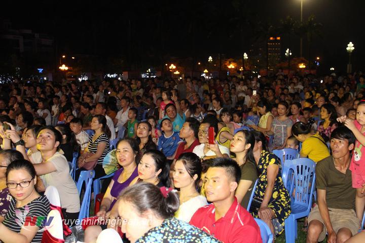 Đông đảo khán giả theo dõi lễ tổng kết, trao giải.