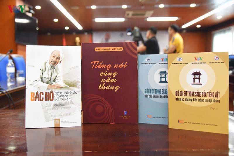 """3 cuốn sách được giới thiệu tại cuộc gặp mặt này là: """"Bác Hồ - người có nhiều duyên nợ với báo chí"""" của Nhà báo lão thành Phan Quang; """"Tiếng nói cùng năm tháng"""" và bộ Kỷ yếu Hội thảo """"Giữ gìn sự trong sáng của tiếng Việt trên các phương tiện thông tin đại chúng"""" gồm 2 tập."""