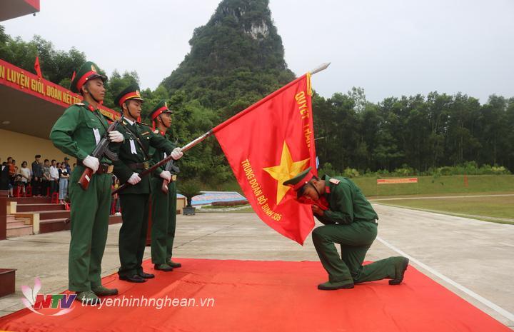 Chiến sĩ mới thực hiện nghi thức tuyên thệ.