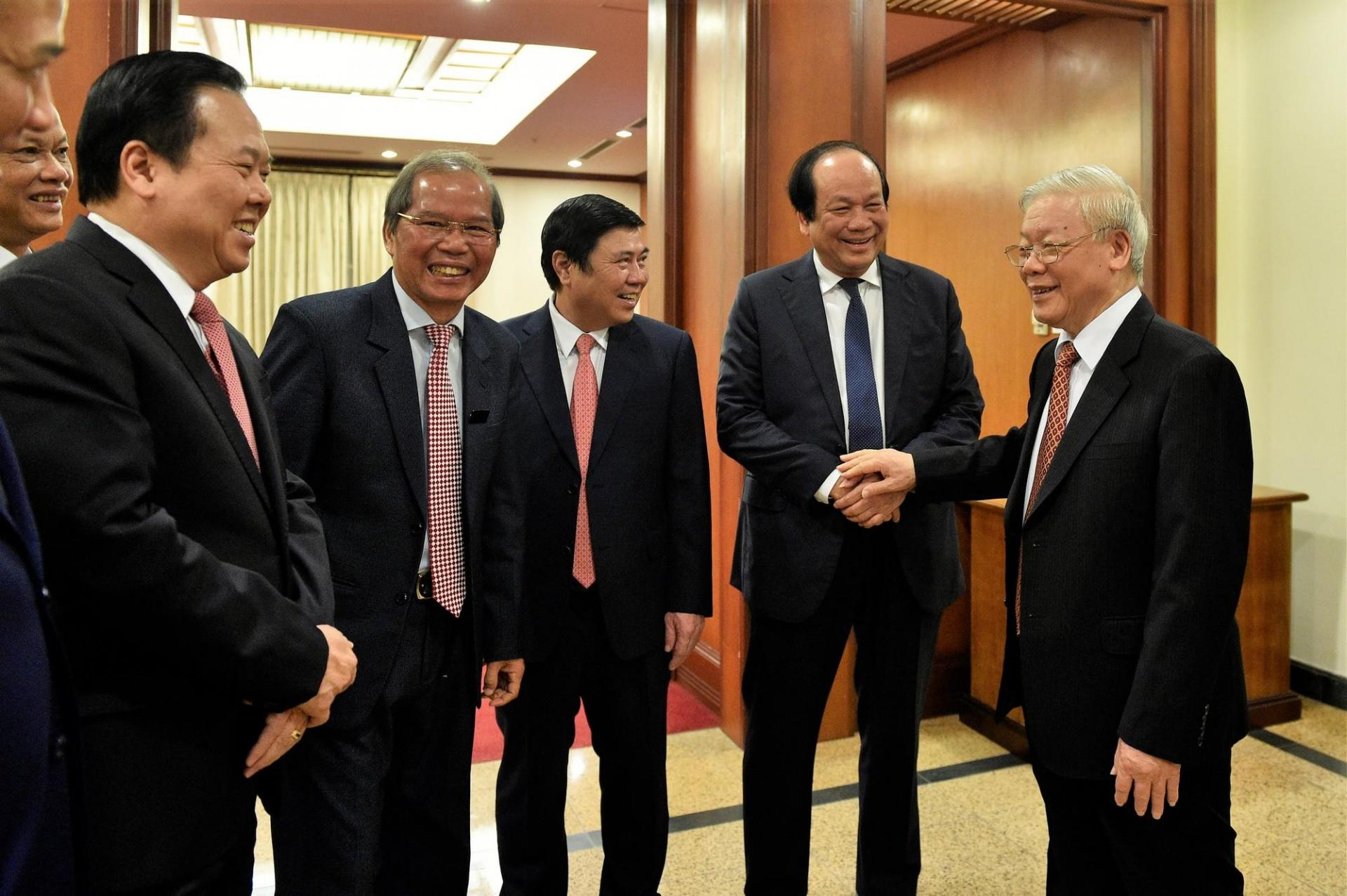 Tổng Bí thư, Chủ tịch nước Nguyễn Phú Trọng trò chuyện với các đại biểu dự Hội nghị Trung ương 12.
