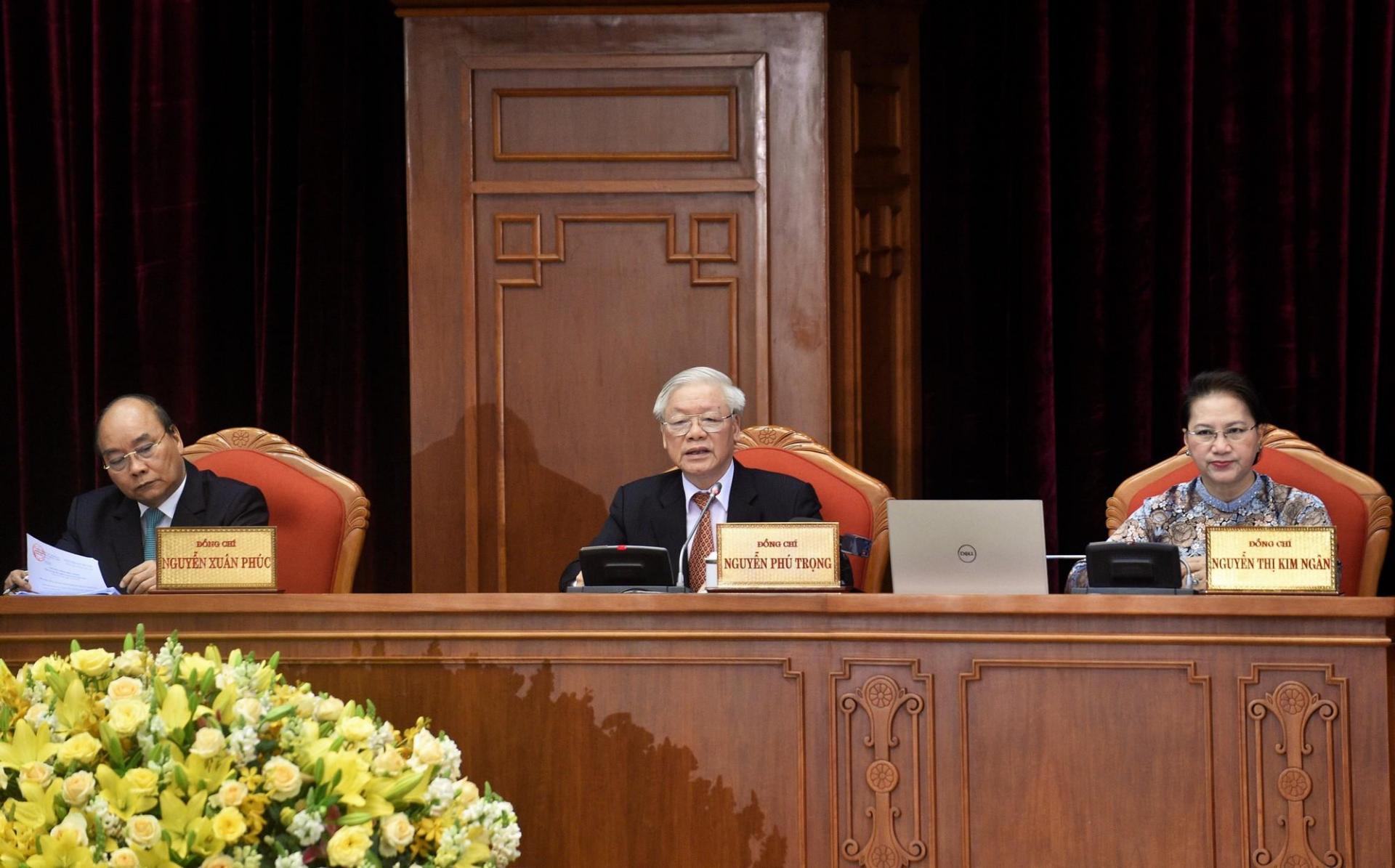 Tổng Bí thư, Chủ tịch nước Nguyễn Phú Trọng, Thủ tướng Nguyễn Xuân Phúc và Chủ tịch Quốc hội Nguyễn Thị Kim Ngân tại phiên bế mạc Hội nghị Trung ương 12.