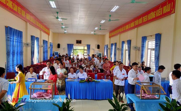 Các đại biểu bỏ bầu BCH Đảng bộ xã Quỳnh Vinh, nhiệm kỳ 2020 - 2025.