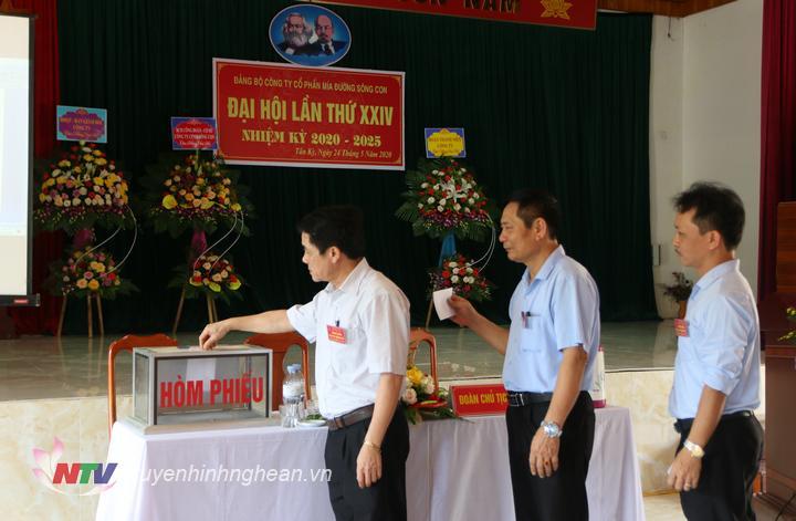 đại biểu bỏ phiếu lựa chọn ban chấp hành Đảng bộ khóa mới.