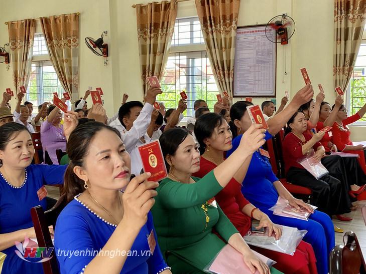 Các đại biểu thông qua Nghị quyết Đại hội.
