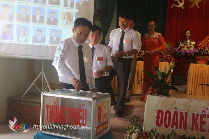 Bỏ phiếu bầu Ban chấp hành đảng bộ xã Quỳnh Thọ nhiệm kỳ 2020 - 2025