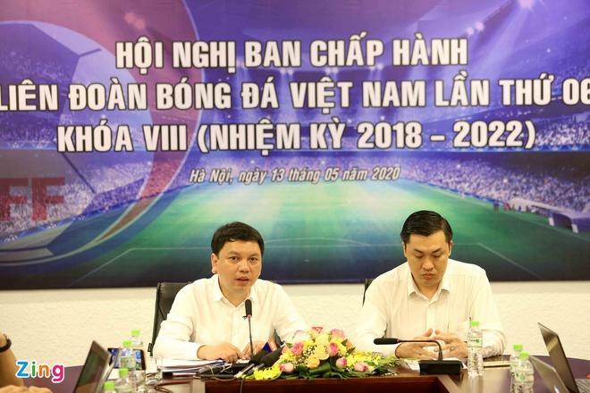 Tổng thư ký Lê Hoài Anh (trái) và Phó chủ tịch truyền thông Cao Văn Chóng chia sẻ với báo giới trưa 13/5.