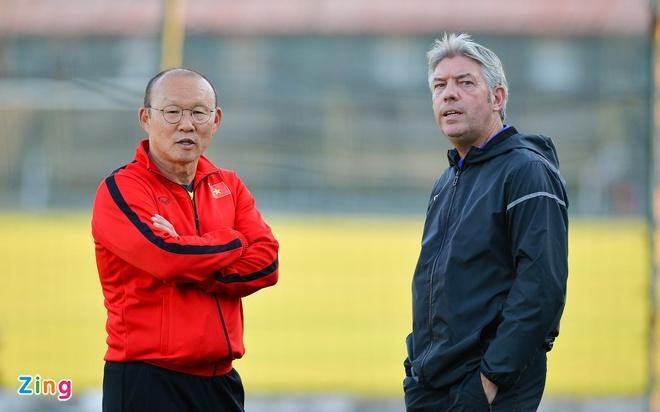 """GĐKT Gede (phải) là người trực tiếp phát hiện và tư vấn HLV Park Hang-seo gọi """"vớt"""" Văn Đức lên U23 Việt Nam."""