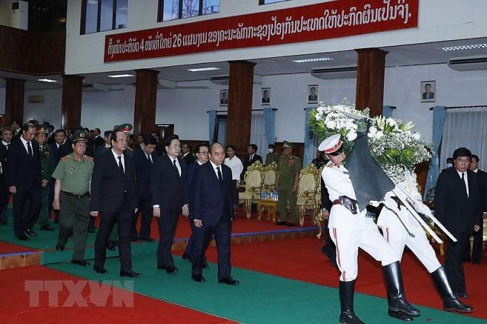 Thủ tướng Chính phủ Nguyễn Xuân Phúc dẫn đầu đoàn đại biểu cấp cao Đảng, Nhà nước Việt Nam viếng đồng chí Sisavath Keobounphanh. Ảnh: TTXVN