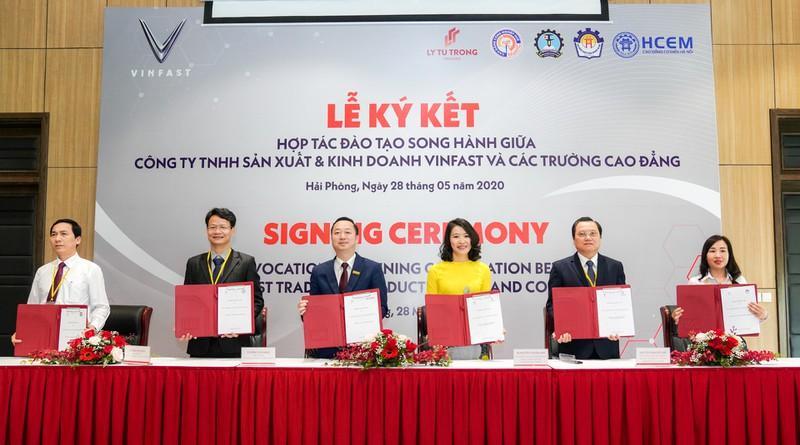 ký kết biên bản ghi nhớ hợp tác đào tạo song hành với 5 trường Cao đẳng trên cả nước cho hai chuyên ngành Cơ điện tử và Kỹ thuật ô tô.