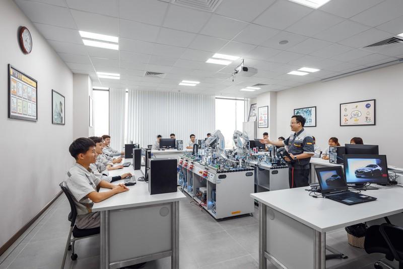 Trung tâm Đào tạo VinFast được trang bị các dụng cụ học tập và trang thiết bị tiên tiến, giúp học viên có cơ hội thực hành và làm quen với các yêu cầu thực tế của công việc.