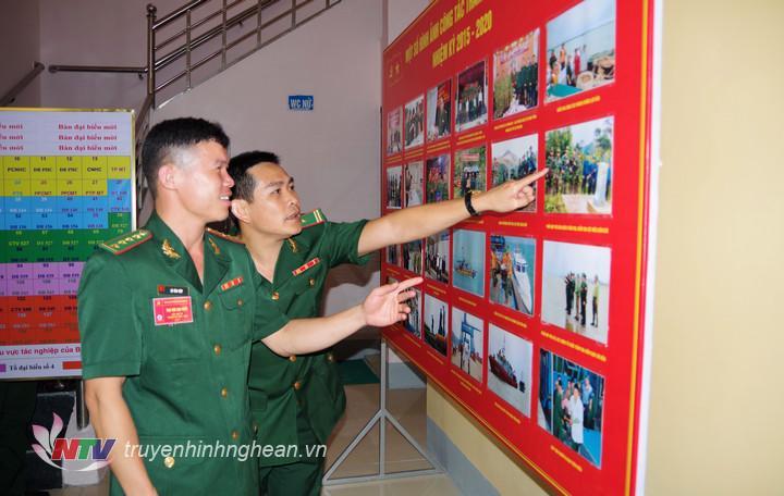 Đại biểu tham quan các hình ảnh trưng bày tại Đại hội