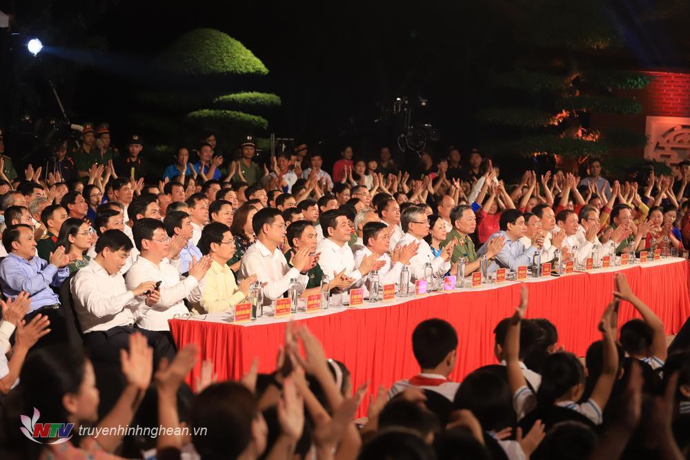 Các đại biểu dự chương trình tại điểm cầu Nghệ An.
