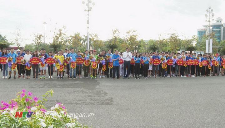 Đại diện BTC tặng hoa và cờ lưu niệm cho các đơn vị tham gia giải Việt dã.