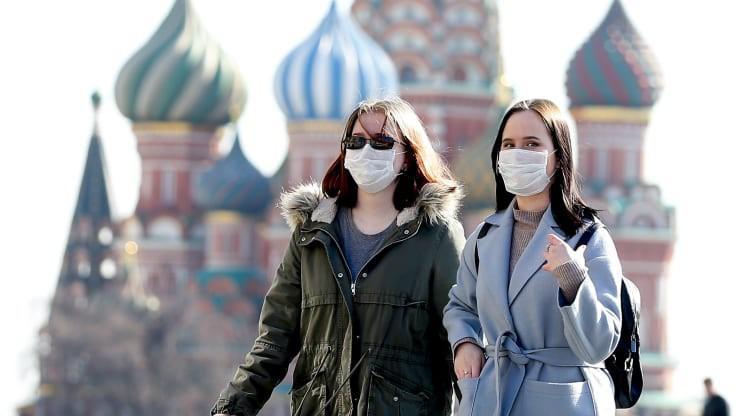 Mọi người đeo khẩu trang như một biện pháp phòng ngừa dịch Covid-19 tại Quảng trường Đỏ ở Moscow, Nga ngày 17/3/2020. Ảnh: Getty