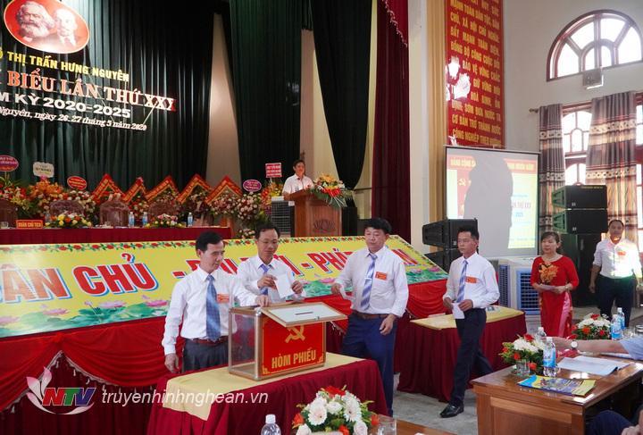 Các đại biểu bỏ phiếu bầu BCH khóa mới.