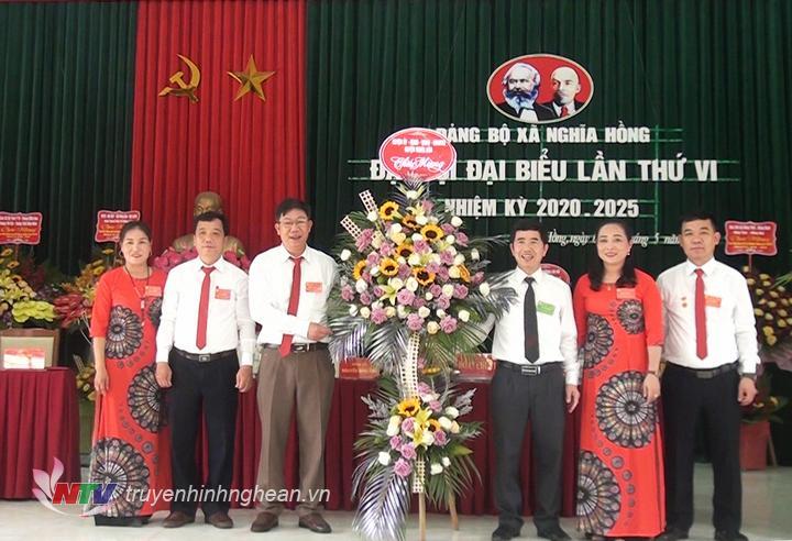 Đại diện Thường trực Huyện ủy Nghĩa Đàn tặng hoa chúc mừng Đại hội