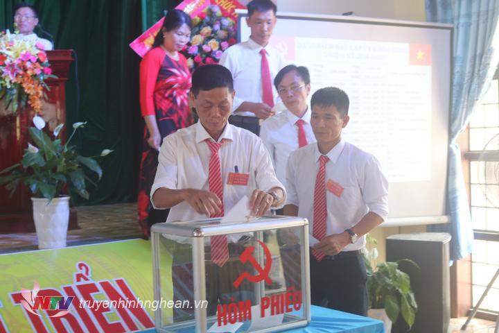 Các đảng viên bỏ phiếu bầu ban chấp hành Đảng bộ xã Sơn Hải nhiệm kỳ 2020 – 2025