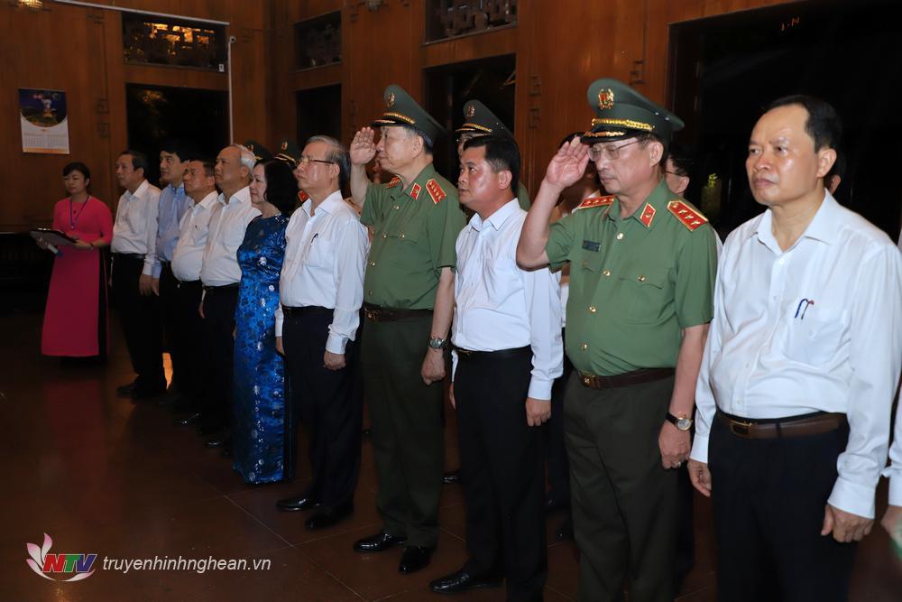 Các đại biểu thànhh kính tưởng niệm Chủ tịch Hồ Chí Minh.