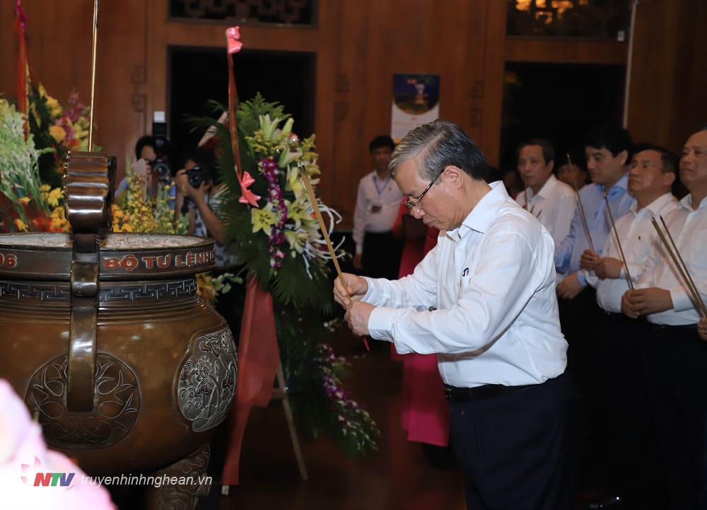 Đồng chí Trần Quốc Vượng dâng nén hương thơm.