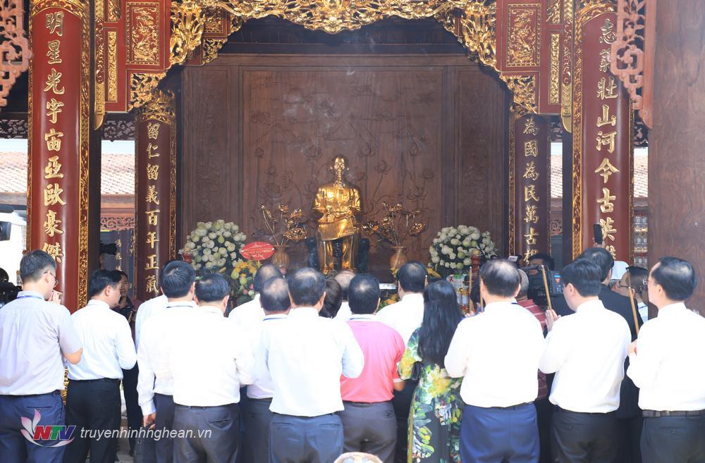 Các đại biểu dâng hoa, dâng hương Chủ tịch Hồ Chí Minh tại Đền.