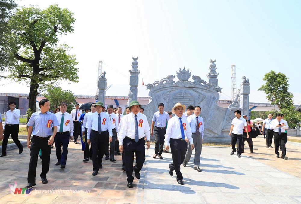 Thủ tướng Nguyễn Xuân Phúc cùng đại diện lãnh đạo Đảng, Nhà nước, các Bộ ban ngành, tỉnh, dòng họ tham gia các nghi lễ truyền thống