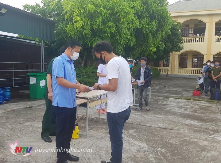 Đồng chí Phạm Xuân Sánh – Phó Chủ tịch UBND huyện trao giấy chứng nhận hoàn thành cách ly tập trung cho các công dân