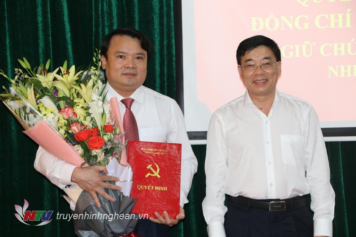 Phó Bí thư Tỉnh ủy Nguyễn Văn Thông trao Quyết định và tặng hoa chúc mừng tân Bí thư Huyện ủy Đô Lương.