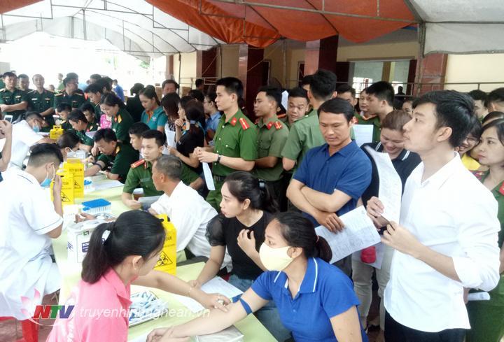 Hơn 900 tình nguyện viên đăng ký tham gia hiến máu tại TX Thái Hòa.
