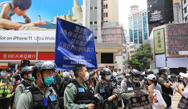 Cảnh sát Hong Kong giương cờ xanh tại vịnh Causeway để thông báo trước việc chuẩn bị bắn hơi cay. Ảnh: SCMP.