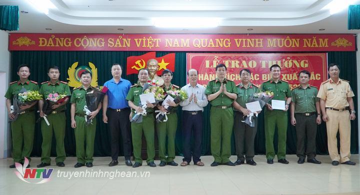 Lãnh đạo Công an tỉnh và huyện Hưng Nguyên trao thưởng cho ban chuyên án.