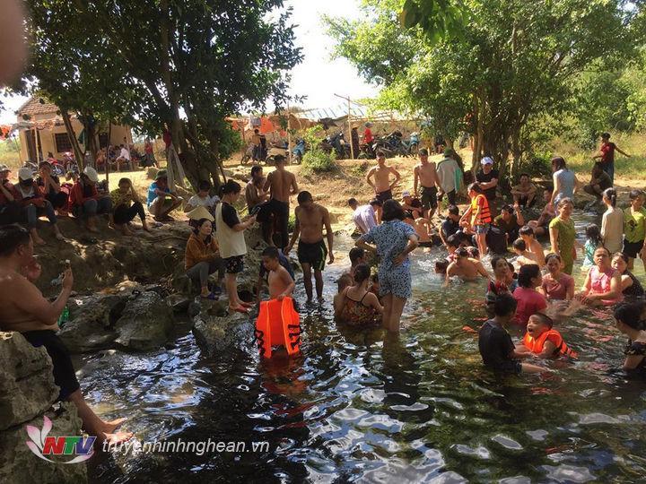 Mặc dù bị ảnh hưởng dịch Covid-19 nhưng người dân đến với Khe Xanh dịp nghỉ lễ 30/4 vẫn đông.