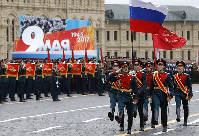 Lễ rước Cờ chiến thắng và Quốc kỳ Nga trên Quảng trường Đỏ. Ảnh: TASS.