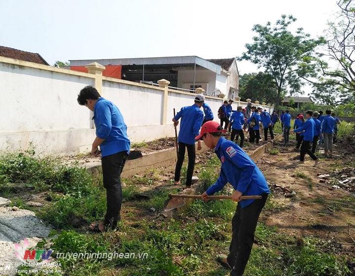 Đoàn xã Nghĩa Thành giải tỏa các điểm rác thải