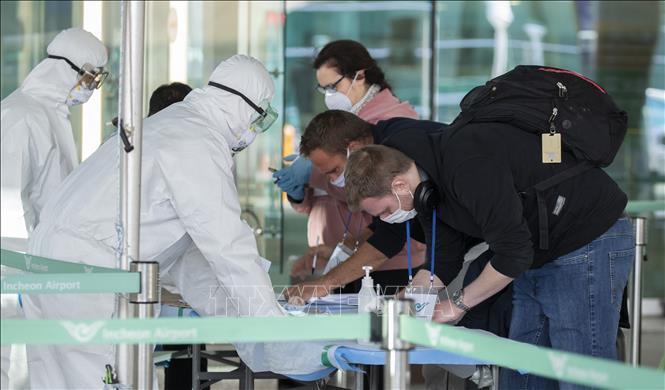 Hành khách khai báo y tế tại khu vực kiểm dịch nhập cảnh ở sân bay quốc tế Incheon, Hàn Quốc, ngày 27/3/2020.