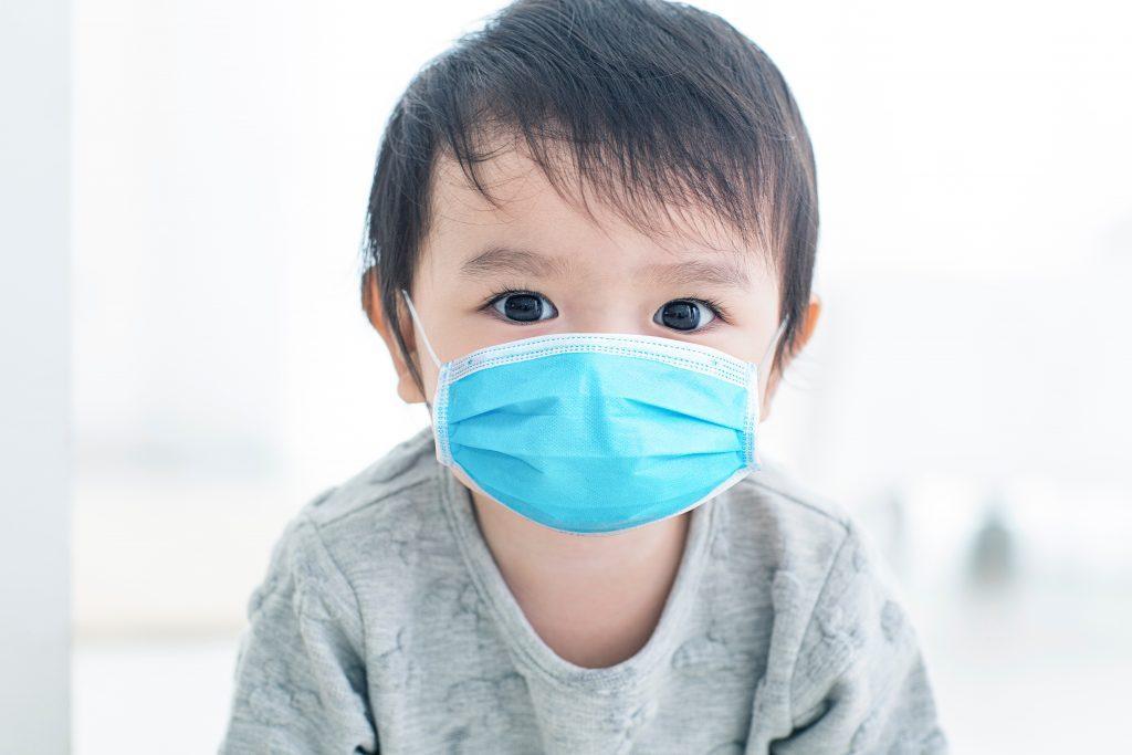 Nhật Bản khuyến cáo không nên đeo khẩu trang cho bé dưới 2 tuổi. Ảnh: arabnews.jp