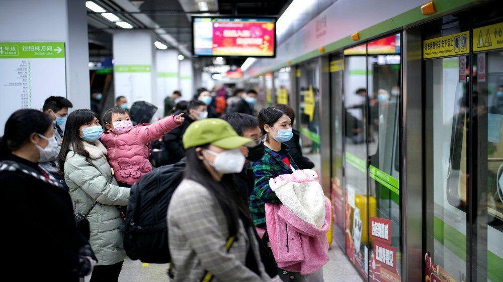 Những người đeo khẩu trang chờ tàu điện ngầm vào ngày đầu tiên dỡ bỏ lệnh phong tỏa tại Vũ Hán, tỉnh Hồ Bắc, Trung Quốc vào ngày 28/3/2020. Ảnh: Reuters
