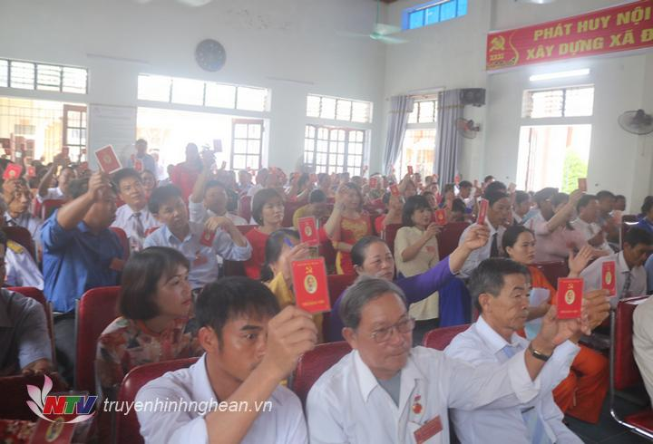 Các đại biểu thông qua Nghị quyết Đại hội