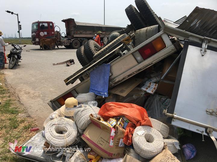 Xe tải bị lật ngửa bẹp cabin và thùng xe chở hàng.